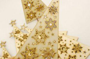 Choinka ze śnieżynkami - świąteczne ozdoby i bożonarodzeniowe dekoracje