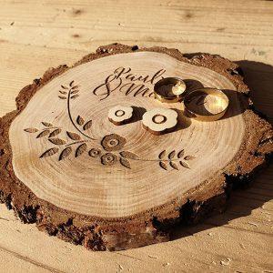 Podstawka naobrączki - drewniana, zgrubą korą