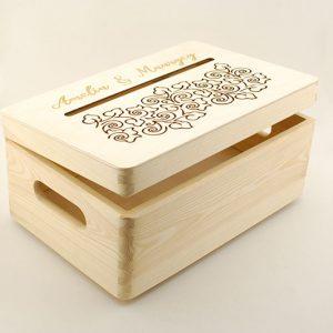 Pudełko na koperty - małe, drewniane, otwierane, z ozdobnym grawerem