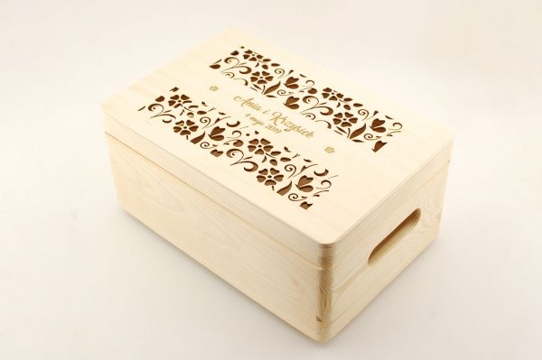Pudełko na koperty – małe, drewniane, otwierane, z ozdobnym grawerem