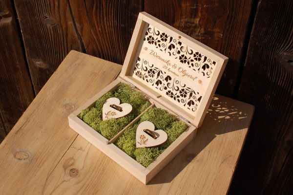 Pudełko na obrączki z ozdobnym grawerem i kolorowym mchem
