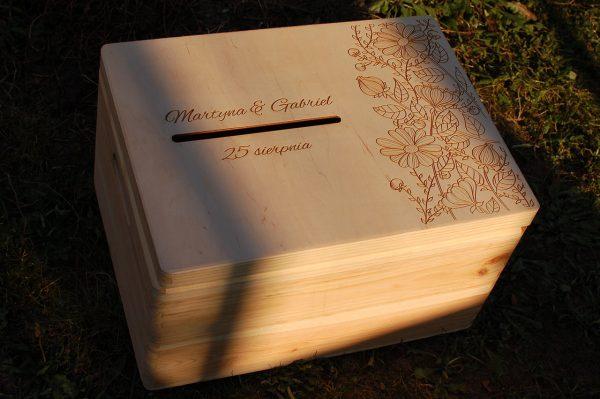 Skrzynka na koperty – duża, drewniana, otwierana, z ozdobnym grawerem